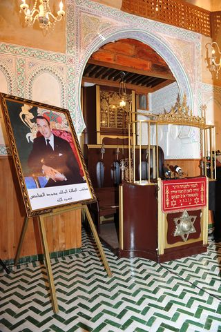 Devant la Teva, la photo de Sa Majesté Mohamed VI